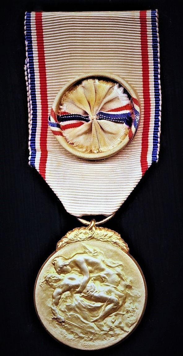 France: Medal of French Recognition 1914-1918 (Medaille De La Reconnaissance Francaise 1914-1918).  1st type. 1st Class 'Gilt' medal with silk rosette